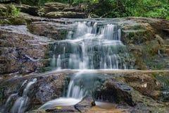 Gömd vattenfall i träna Arkivfoto
