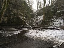 Gömd vattenfallswallet arkivfoton