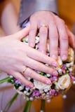 Gömma i handflatan av bruden och brudgummen ljusa cirklar för bakgrund som gifta sig white Royaltyfria Foton