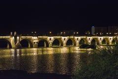 Gömma i handflatan bron på natten (Puente de Palmas, Badajoz), Spanien arkivfoto