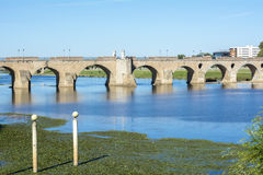 Gömma i handflatan bron (Puente de Palmas, Badajoz), Spanien arkivbilder