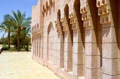 Gömma i handflatan den gamla forntida sned arabiska islamiska islamiska väggen för tegelsten med prydnader och modeller mot bakgr arkivbilder