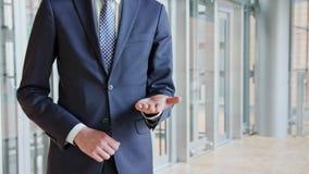 Gömma i handflatan den stående Outstretching handen för mannen med öppet lager videofilmer