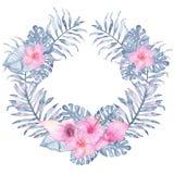 Gömma i handflatan den tropiska indigoblå blom- kransen för vattenfärgen med hibiskusfrangipanien för den rosa callaen och sidor  Royaltyfri Fotografi