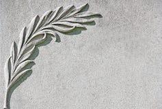 Gömma i handflatan filialen som snidas på vit marmorstenbakgrund Arkivfoton