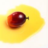 Gömma i handflatan frukt och matolja Arkivfoton
