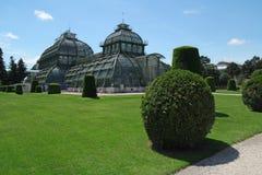 Gömma i handflatan huset i den Schonbrunn trädgården i Wien, Österrike royaltyfria bilder