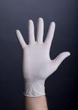 Gömma i handflatan i latexhandske arkivbild