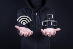 Gömma i handflatan knyter kontakt den öppna digitala tjuven för en hacker gest med wifi och ico Arkivfoto