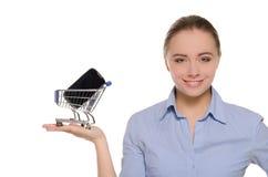 gömma i handflatan kvinnor för shoppingsmartphonetrolleyen Arkivfoto