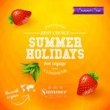 Gömma i handflatan med havet och träbrädet Ljus affisch för sommarferier Orange backgro Royaltyfria Bilder
