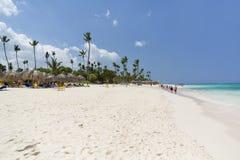 Gömma i handflatan och den tropiska stranden, Dominikanska republiken arkivbild