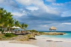 Gömma i handflatan och den tropiska stranden i tropiskt paradis. Sommartid som är holyday i Dominikanska republiken, Seychellerna  Fotografering för Bildbyråer