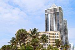 Gömma i handflatan och moderna byggnader av Miami Beach strand Arkivfoto