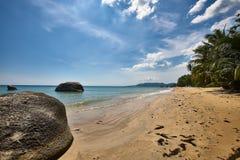 Gömma i handflatan på den strandKo Samui ön, Thailand Arkivfoton