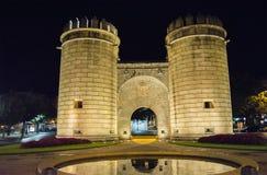 Gömma i handflatan porten, monumentkarusell på natten (Puerta de Palmas som är dålig Arkivfoton