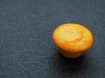 Gömma i handflatan socker i en glass bunke på mörk bakgrund Fotografering för Bildbyråer