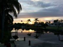 gömma i handflatan solnedgången Royaltyfria Bilder