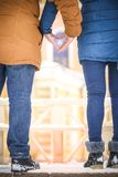 Gömma i handflatan vänner i formen av en hjärta valentin för dag s En vinter w Royaltyfria Foton