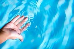 gömma i handflatan vatten Arkivfoton