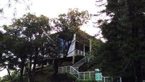 Gömt hus på tophill arkivbild
