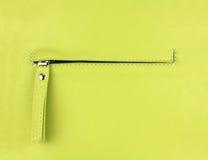 Gömt zippered fack på naturligt ljus - grönt läder Arkivbilder