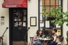 Gönner an Fontaine-Café Stockfotos