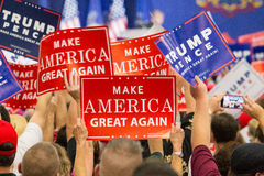 Gör Amerika stor igen att delta i en kampanj samlar tecken Royaltyfria Bilder