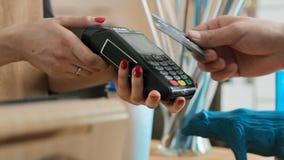 Gör bankbetalning vid kreditkorten i kaffehus arkivfilmer