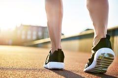 Gör bar ben i rinnande skor som förbereder sig att öva Arkivfoton