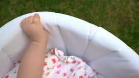 Gör bar benet av barnet i en sittvagn royaltyfria foton