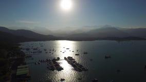 Gör den flyg- sikten för den härliga solnedgången med fartyg på Paraty, Rio de Janeiro Janeiro, Brasilien stock video
