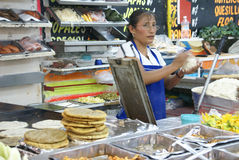 gör den mexikanska quesadillaskvinnan Royaltyfri Bild