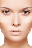 gör det kräm- fundamentet för clean skönhetsmedel upp hud Royaltyfria Foton