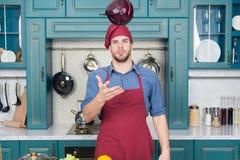Gör det lätt Koppla av pålagt någon musik Den samlade kocken är effektivare Mankocken gillar för att laga mat, i att koppla av Royaltyfri Foto
