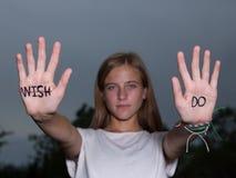 GÖR det Motivational citationstecknet för löpare som är skriftligt på händer, önska för universitetslärare` t! Arkivfoto