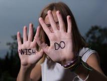 GÖR det Motivational citationstecknet för löpare som är skriftligt på händer, önska för universitetslärare` t! Royaltyfri Bild