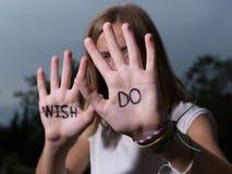 GÖR det Motivational citationstecknet för löpare som är skriftligt på händer, önska för universitetslärare` t! Fotografering för Bildbyråer