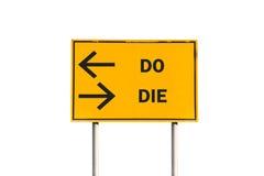 GÖR eller ATT DÖ trafiktecknet Arkivfoto