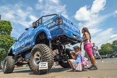 Gör ett önskafundament den gigantiska lastbilen med den lilla flickan och modern Royaltyfria Bilder