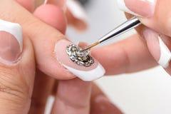 gör för att spika upp polerade produkter Art Manicure Moderna stilskönhethänder med stilfullt färgrikt moderiktigt spikar Royaltyfri Bild