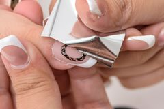 gör för att spika upp polerade produkter Art Manicure Moderna stilskönhethänder med stilfullt färgrikt moderiktigt spikar Royaltyfria Foton