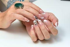 gör för att spika upp polerade produkter Art Manicure Moderna stilskönhethänder med stilfullt färgrikt moderiktigt spikar Arkivfoto