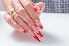 gör för att spika upp polerade produkter Art Manicure Spikar den röda svarta lutningen för modern stil polermedel Skönhethänder m Royaltyfri Bild
