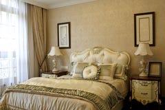 Gör gardinen av sovrummet tunnare arkivbilder
