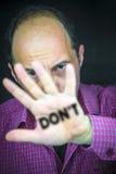 GÖR INTE skriftligt på gömma i handflatan av en man'shand Arkivfoto