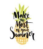 Gör mest av din sommar Inspirationcitationstecken som är handskrivet på ananasillustration royaltyfri illustrationer