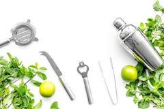 Gör mojitococtailen med limefrukt och pepparmint i shaker Vit copyspace för bästa sikt för bakgrund Royaltyfria Bilder