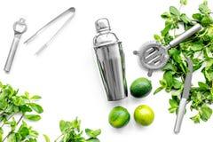 Gör mojitococtailen med limefrukt och pepparmint i shaker Vit copyspace för bästa sikt för bakgrund Arkivfoton
