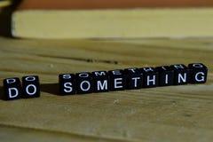 Gör något på träkvarter Motivation- och inspirationbegrepp royaltyfria foton
